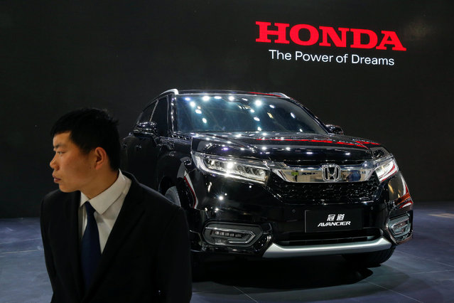 A security agent guards Honda Avancier SUV after it was presented during Auto China 2016 auto show in Beijing April 25, 2016. (Photo by Kim Kyung-Hoon/Reuters)