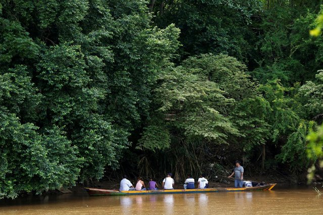 People arrive by canoe at Boca del Grita in Venezuela after crossing the border from the town of Puerto Santander, Colombia, June 3, 2016. (Photo by Carlos Garcia Rawlins/Reuters)