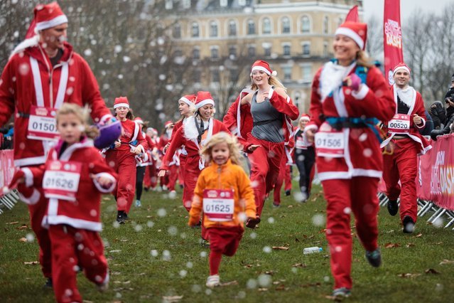 Runners in Father Christmas outfits take part in the annual Santa Dash run on Clapham Common on December 3, 2017 in London, England. Two thousand runners take part in Santa Dash today, around 5 and 10km courses around Clapham Common, in aid of Great Ormond Street Hospital for children. (Photo by Jack Taylor/Getty Images)