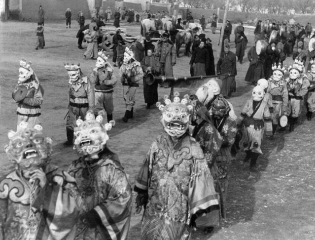 Mongolian religious festival near Pailingmiao, capital of Inner Mongolia on October 5, 1936. (Photo by AP Phot/Mills)