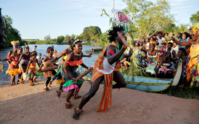 Members of different tribes of the Maroon community, descendants of runaway slaves, compete in the 3rd Poolo Boto (beautiful boat) competition as part of the Moengo Festival of Music in Marowijne district, northern Suriname, September 23, 2016. (Photo by Ranu Abhelakh/Reuters)