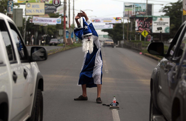 Roberto Castillo, dressed as a magician, performs on a busy street in Managua September 18, 2013. Castillo earns about $3 a day through his street performances. (Photo by Oswaldo Rivas/Reuters)