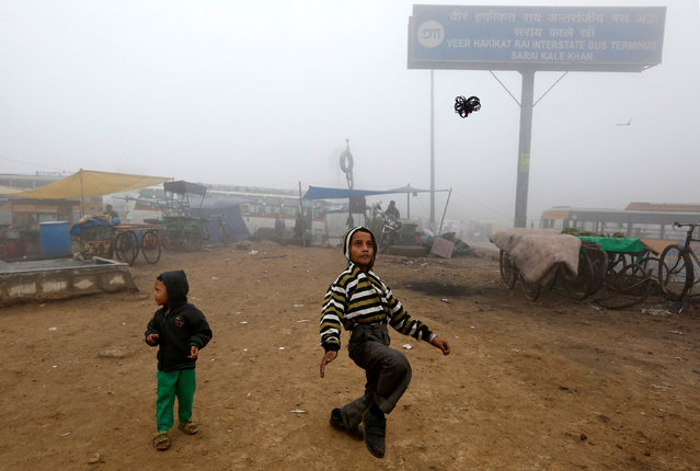 Children play during heavy fog in Delhi, India December 1, 2016. (Photo by Cathal McNaughton/Reuters)