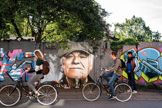 Tributes are laid to the singer Kim Larsen, who died over the weekend aged 72, in front of a portrait painted on a fence in Christiania, Copenhagen, Denmark on September 30, 2018. (Photo by Martin Sylvest/Scanpix/Reuters)
