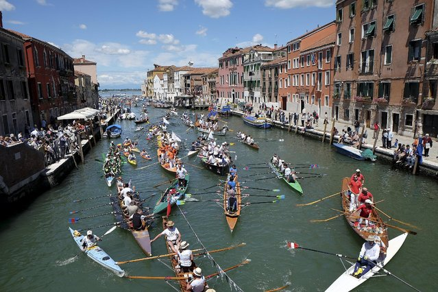Rowers arrive in the Grand Canal to take part in the Vogalonga, or Long Row, in the Venice lagoon, Italy May 24, 2015. The annual boating event features a 30 km (18.6 miles) course starting at St. Mark's Square. (Photo by Manuel Silvestri/Reuters)