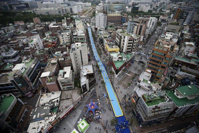 A 350-meter (1148 feet) long water slide is seen during 2015 City Silde Festa in central Seoul, South Korea, July 19, 2015. (Photo by Kim Hong-Ji/Reuters)