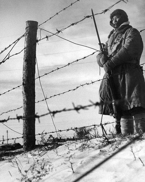 1948年1月,沈阳。手握刺刀枪的国军哨兵。 (January 1948, Shenyang. Hand stab knives and guns Guojun Sentinel)