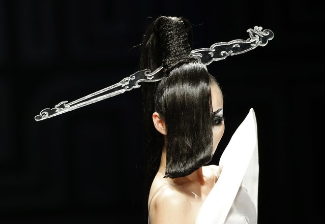 A model presents a creation at the MGPIN 2015 Mao Geping makeup trends launch during China Fashion Week in Beijing October 27, 2014. (Photo by Kim Kyung-Hoon/Reuters)