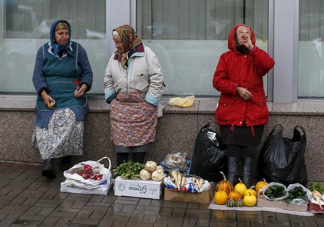 Street vendors wait for customers as it rains in central Kiev, Ukraine, October 20, 2015. (Photo by Gleb Garanich/Reuters)