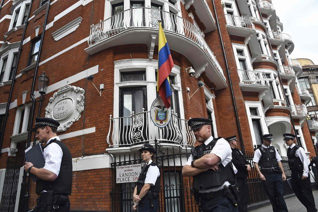 Police stand guard during a news conference by WikiLeaks founder Julian Assange at the Ecuadorean embassy in central London, in this August 18, 2014 file photo. (Photo by Toby Melville/Reuters)