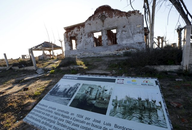 A ruined house is pictured in the onetime spa and resort town of Epecuen, November 6, 2015. (Photo by Enrique Marcarian/Reuters)