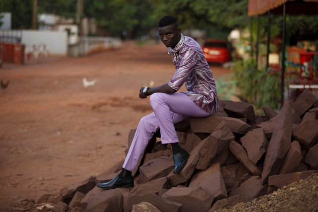 Model Mamadou Racine poses for a picture in a bazin outfit made by designer Barros Coulibaly in Bamako, Mali, October 21, 2015. (Photo by Joe Penney/Reuters)