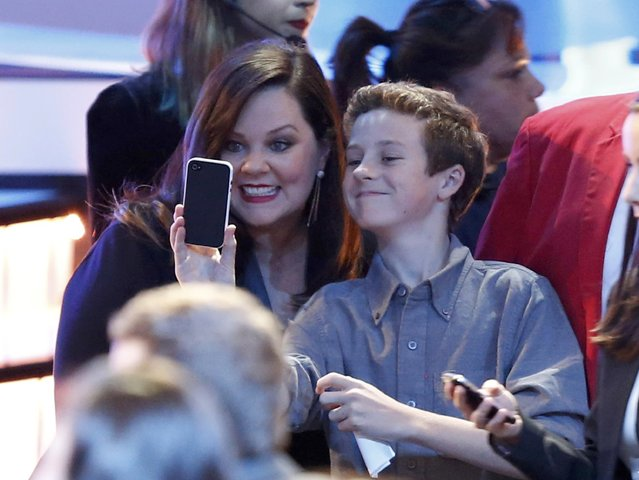 Actress Melissa McCarthy poses for a selfie with a young fan before the start of the 2015 People's Choice Awards in Los Angeles, California January 7, 2015. (Photo by Mario Anzuoni/Reuters)