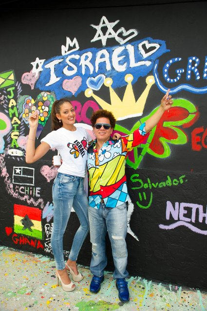 Pop artist Romero Britto poses for a photo with Miss Israel 2014 Doron Matalon at Britto Central in Miami in this January 11, 2015 picture provided by the Miss Universe Organization. (Photo by Reuters/Miss Universe Organization)