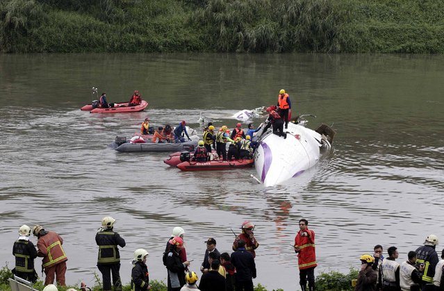Rescuers carry out rescue operation after a TransAsia Airways plane crash landed in a river, in New Taipei City, February 4, 2015. (Photo by Pichi Chuang/Reuters)