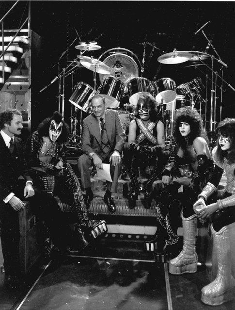 "NBC News correspondent Edwin Newman, on-camera reporter for ""NBC Reports"" is surrounded by the rock group KISS and their manager, Bill Aucoin, left, December 16, 1977. Members of KISS are, from left to right: Gene Simmons, Peter Criss, Paul Stanley and Ace Frehley. (Photo by AP Photo)"