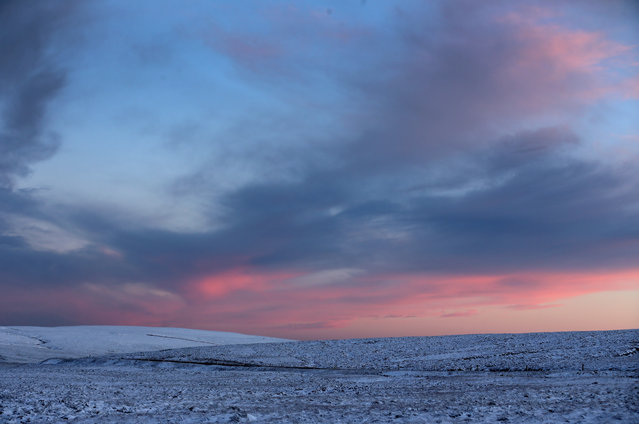 Temperatures drop as night time falls and snow blankets moors in the Peak District near Buxton on January 14, 2016 in Buxton, England. (Photo by Christopher Furlong/Getty Images)
