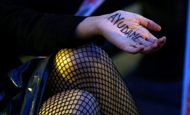 "A woman shows her hand with the words ""Help Me"" written on it during a demonstration to demand policies to prevent femicides outside the Congress in Buenos Aires, Argentina, June 3, 2016. (Photo by Marcos Brindicci/Reuters)"