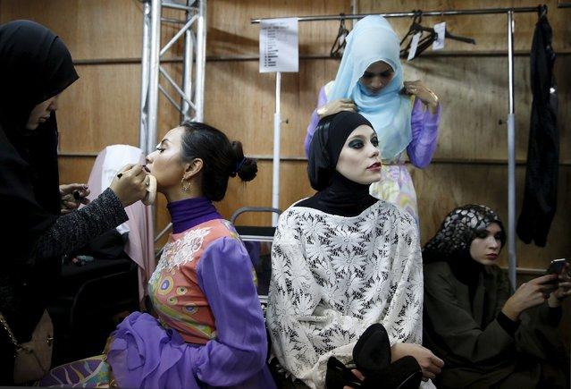Models get ready backstage during the Islamic Fashion Festival at Kuala Lumpur Fashion Week in Kuala Lumpur, Malaysia, August 13, 2015. (Photo by Olivia Harris/Reuters)