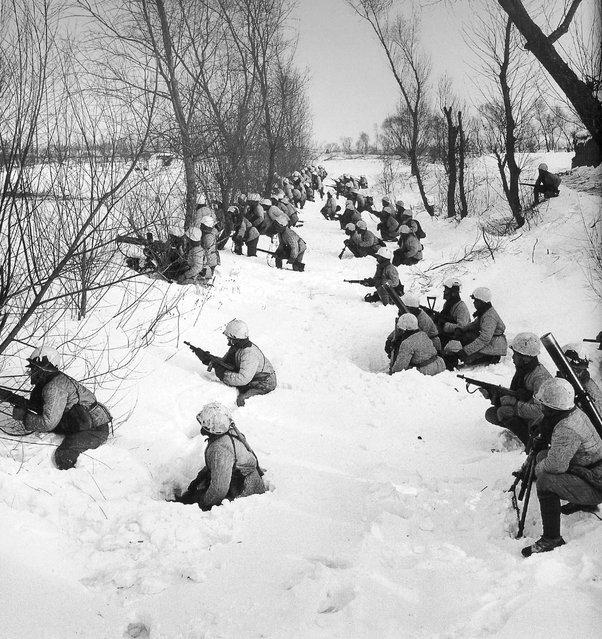 1948年1月,沈阳。在齐膝雪中训练的国民党步兵 (January 1948, Shenyang. Nationalist infantry training in the knee snow)