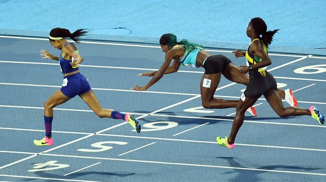 Shaunae Miller of the Bahamas crosses the finish line to win the women's 400m final of the Rio 2016 Olympic Games Athletics, Track and Field events at the Olympic Stadium in Rio de Janeiro, Brazil, 15 August 2016. Allyson Felix (L) of the USA placed second. (Photo by Bernd Thissen/EPA)