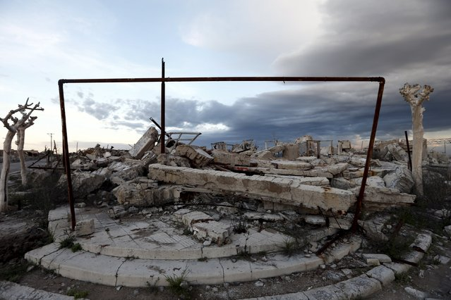 A ruined house is pictured in the onetime spa and resort town Epecuen, November 5, 2015. (Photo by Enrique Marcarian/Reuters)