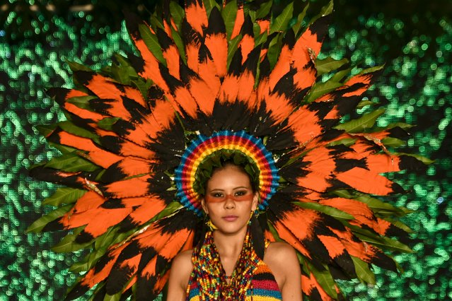 A model presents a creation by Colombian designer Eduard Zapata made with organic elements during BioFashion Show, on November 19, 2016, in Cali, Valle del Cauca department, Colombia. (Photo by Luis Robayo/AFP Photo)