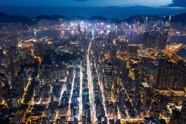This aerial photo taken on November 7, 2018 shows a general view of Hong Kong at night. (Photo by Dale De La Rey/AFP Photo)