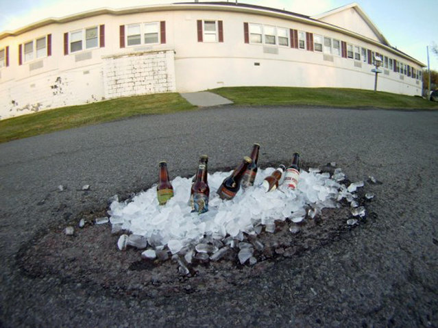 Funny pothole art: Chilled beers pothole. (Photo by Caters News)