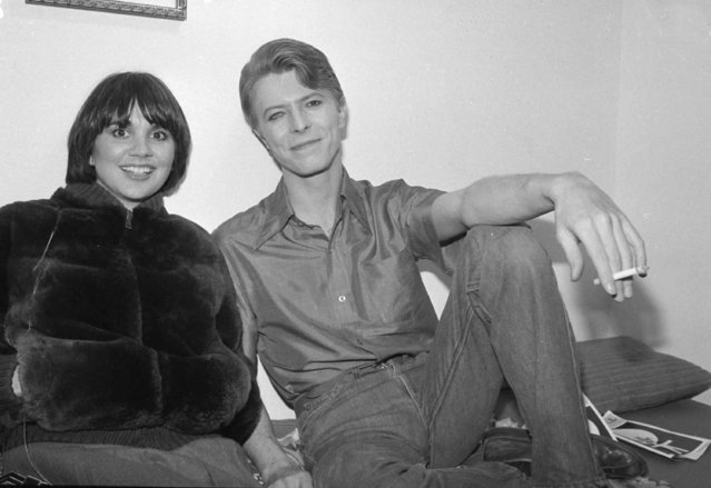 """Singer Linda Ronstadt visits British rocker David Bowie backstage during his break in the Broadway play """"The Elephant Man"""", at the Booth Theater in New York, December 5, 1980. (Photo by Richard Drew/AP Photo)"""