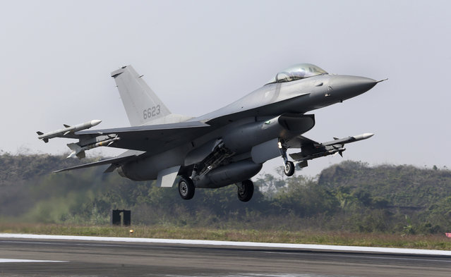 A U.S. made F-16V fighters takes off during a military exercises in Chiayi County, southern of Taiwan, Wednesday, January 15, 2020. Defense Ministry started two-day drill to show the ability of the armed forces to provide security ahead of upcoming Lunar New Year holiday. (Photo by Chiang Ying-ying/AP Photo)