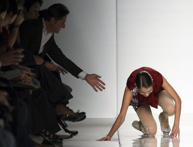 A model falls as she displays a creation as part of Mila Schon Spring/Summer 2010 women's collection during Milan Fashion Week September 29, 2009. (Photo by Alessandro Garofalo/Reuters)