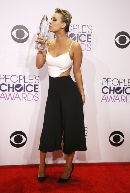 Actress Kaley Cuoco-Sweeting poses backstage with her award for Favorite Comedic TV Actress during the 2015 People's Choice Awards in Los Angeles, California January 7, 2015. (Photo by Danny Moloshok/Reuters)