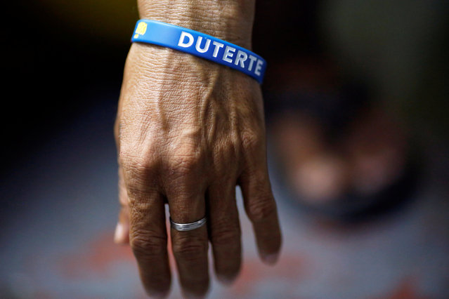 An inmate who is about to be released wears a wristband with the name of Philippine President Rodrigo Duterte at Quezon City Jail in Manila, Philippines late October 18, 2016. (Photo by Damir Sagolj/Reuters)