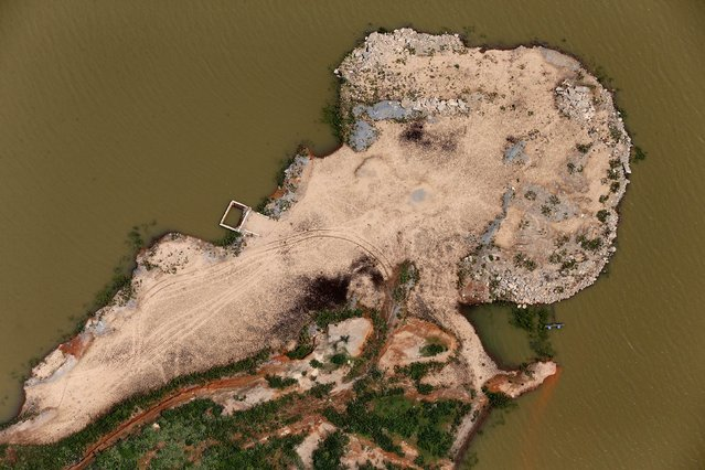 An aerial view of the cracked ground of the Atibainha dam, part of the Cantareira reservoir, is seen during a drought in Nazare Paulista, Sao Paulo state February 12, 2015. (Photo by Paulo Whitaker/Reuters)