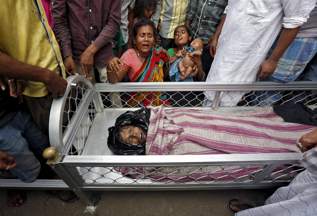 Women mourn next to the body of Mohammad Ramzani, a cycle rickshaw driver who died after an under-construction flyover collapsed on Thursday, in Kolkata, April 1, 2016. (Photo by Rupak De Chowdhuri/Reuters)