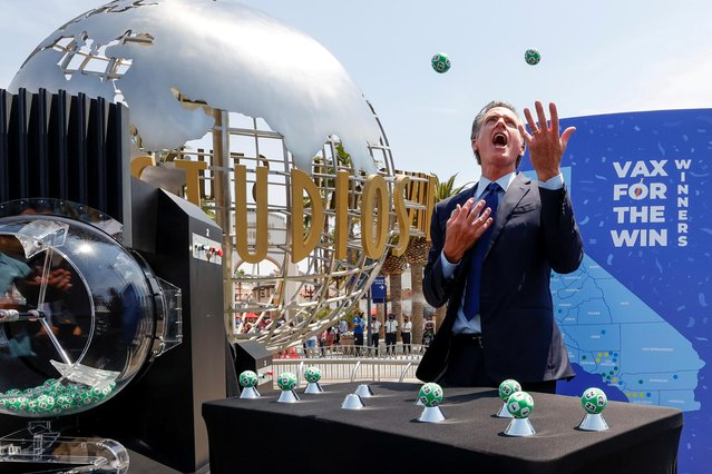 California Governor Gavin Newsom juggles the Vax for the Win lottery contest program balls at Universal Studios Hollywood in Universal City, Los Angeles, California, U.S. June 15, 2021. (Photo by Mario Anzuoni/Reuters)
