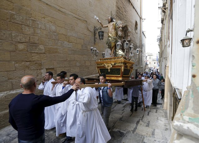 Worshippers carry a statue of the Risen Christ during an Easter Sunday procession in Cospicua, outside Valletta April 5, 2015. (Photo by Darrin Zammit Lupi/Reuters)