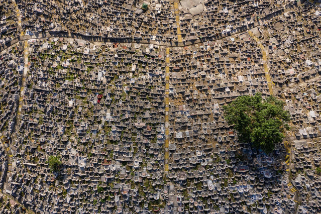 This aerial photo taken on November 5, 2018 shows a cemetery in Hong Kong. (Photo by Dale De La Rey/AFP Photo)