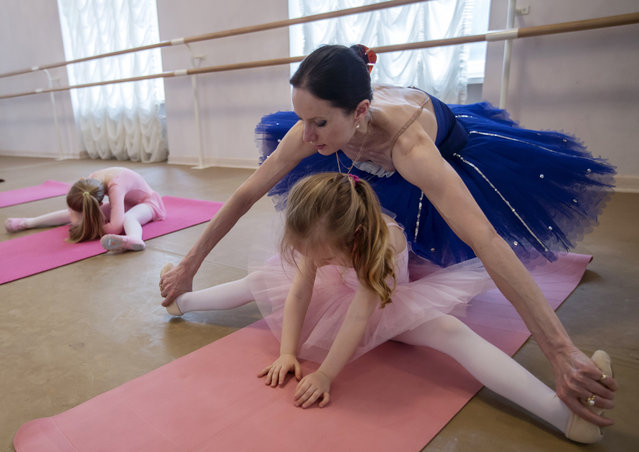 Children attend a ballet class at Moscow's Balletomagia school in Moscow, Russia on April 11, 2016. (Photo by Mikhail Japaridze/TASS)