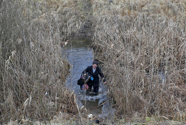 A hovar woman crosses the water as they attempt to cross the Hungarian-Serbian border, near the village of Asotthalom, Hungary in this February 6, 2015 file photo.  Hungary announced plans on Wednesday to build a four-meter-high fence along its border with Serbia to stem the flow of illegal migrants, in a move likely to annoy human rights groups and the European Union. The landlocked central European country of 10 million people is in the EU's visa-free Schengen zone and thus an attractive destination for tens of thousands of migrants entering Europe through the Balkans from the Middle East and beyond.    REUTERS/Laszlo Balogh /Files