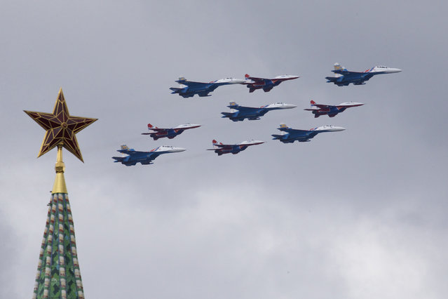 """Russian Air Force aerobatic teams """"Strizhi"""" (Swifts) on MiG-29 and """"Russian Knights"""" on Su-27 fly over Moscow's Kremlin during a general rehearsal for the Victory Day military parade which will take place at Moscow's Red Square on May 9 to celebrate 71 years after the victory in WWII in Moscow, Russia, on Thursday, May 5, 2016. (Photo by Ivan Sekretarev/AP Photo)"""