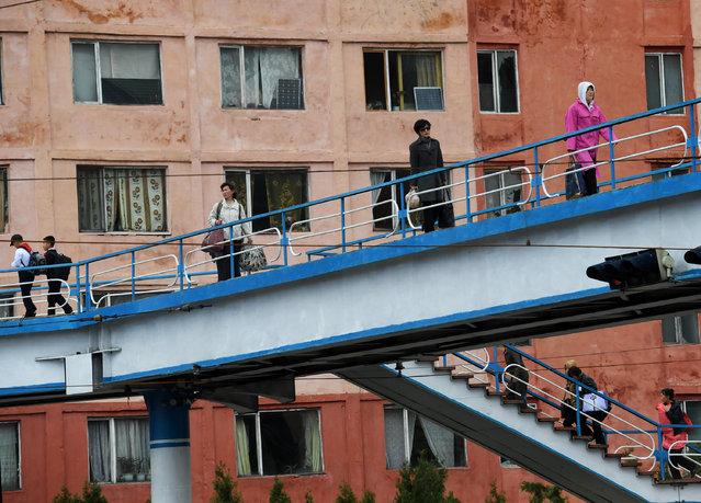 Koreans on pedestrian bridges in Pyongyang, North Korea on May 4, 2016. (Photo by Linda Davidson/The Washington Post)