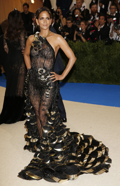 """Halle Berry attends """"Rei Kawakubo/Comme des Garcons: Art Of The In-Between"""" Costume Institute Gala – Arrivals at Metropolitan Museum of Art on May 1, 2017 in New York City. (Photo by Carlo Allegri/Reuters)"""