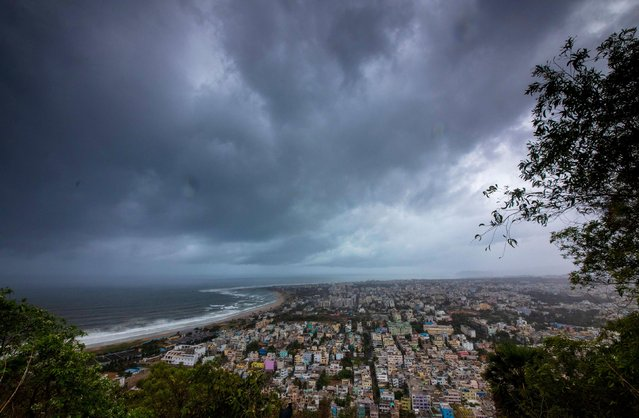 Clouds loom ahead of cyclone Fani in Visakhapatnam, India, May 1, 2019. (Photo by Reuters/Stringer)