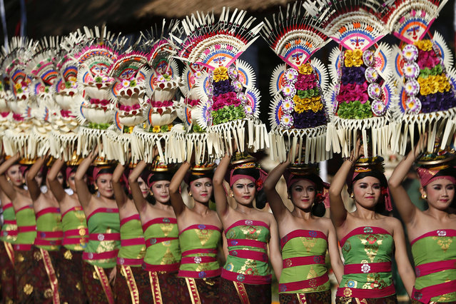 Balinese take part in a parade to mark the opening of an annual Bali Art Festival at a main road in Denpasar, Bali, Indonesia, June 11, 2016. (Photo by Made Nagi/EPA)