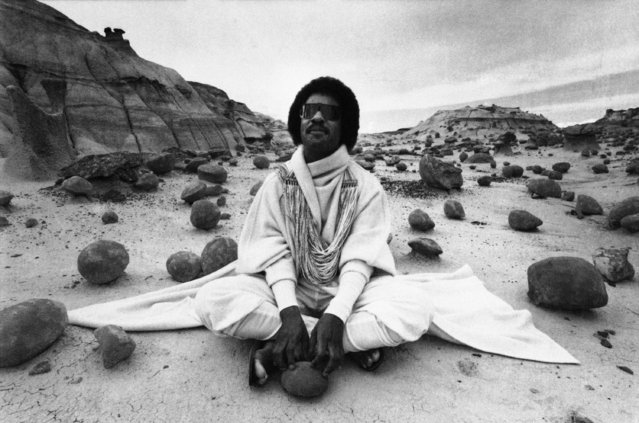Musician Stevie Wonder sits amidst the eerie rocks of the Bisti Badlands in Farmington, New Mexico, September 1, 1982, filming a commercial that probably will never be seen in the United States. (Photo by AP Photo)