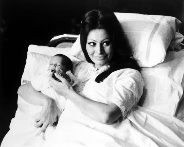 Italian actress Sophia Loren lying in a hospital bed and holding her son Carlo Ponti Jr. in her arms, introduces him to the press in the Main Hall of the maternity clinic of Geneva State Hospital, Geneva, Switzerland, on January 4, 1969. (Photo by AP Photo)