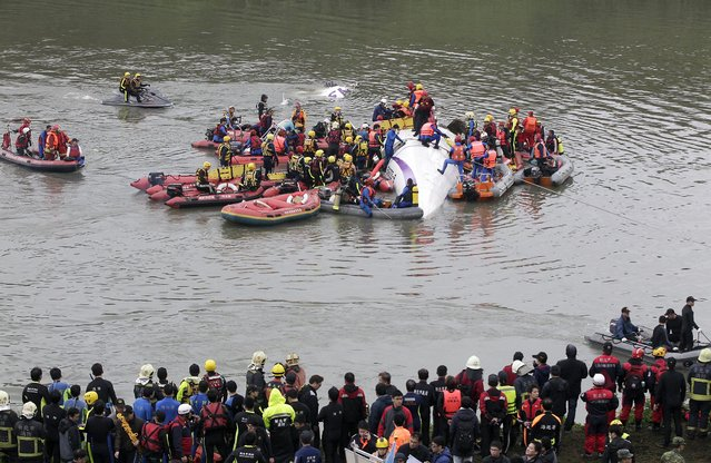 Rescuers carry out rescue operations after a TransAsia plane crashed into a river in New Taipei City, February 4, 2015. (Photo by Pichi Chuang/Reuters)