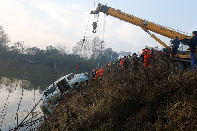 Rescue workers pull a van out of water after an accident killed at least 18 people, in Ezhou, Hubei province, China, December 2, 2016. (Photo by Reuters/Stringer)